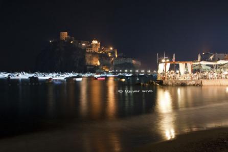 Il Castello aragonese visto dalla spiaggia del Lido